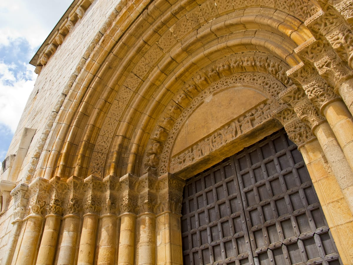 Portal de Sant Ramon del Pla de Santa Maria on hi apareixen els reis d'orient